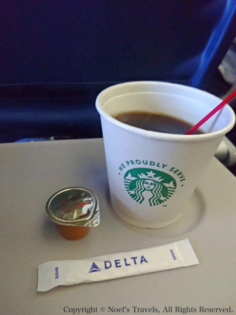 デルタ航空の機内で出るスターバックスのコーヒー