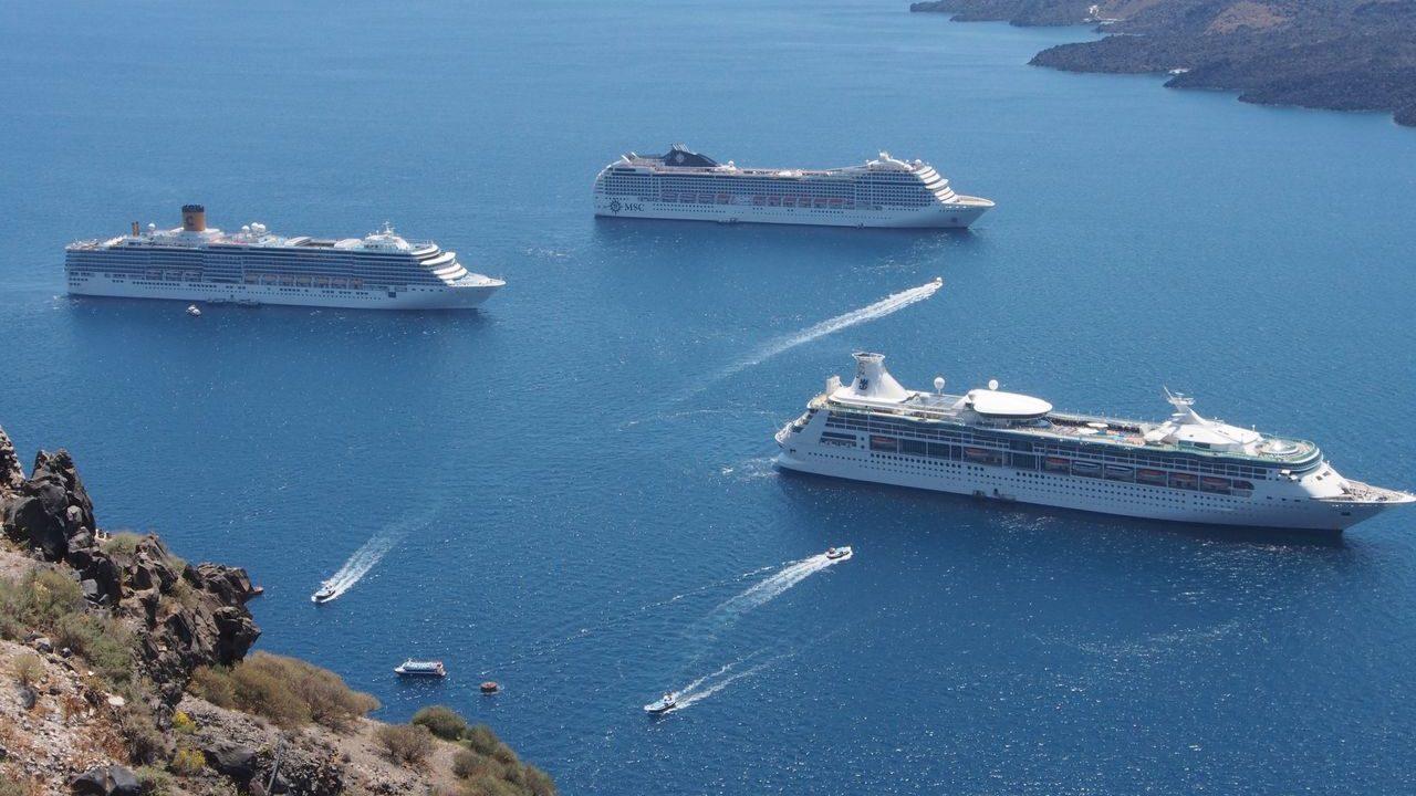 サントリーニ島に着くクルーズ船