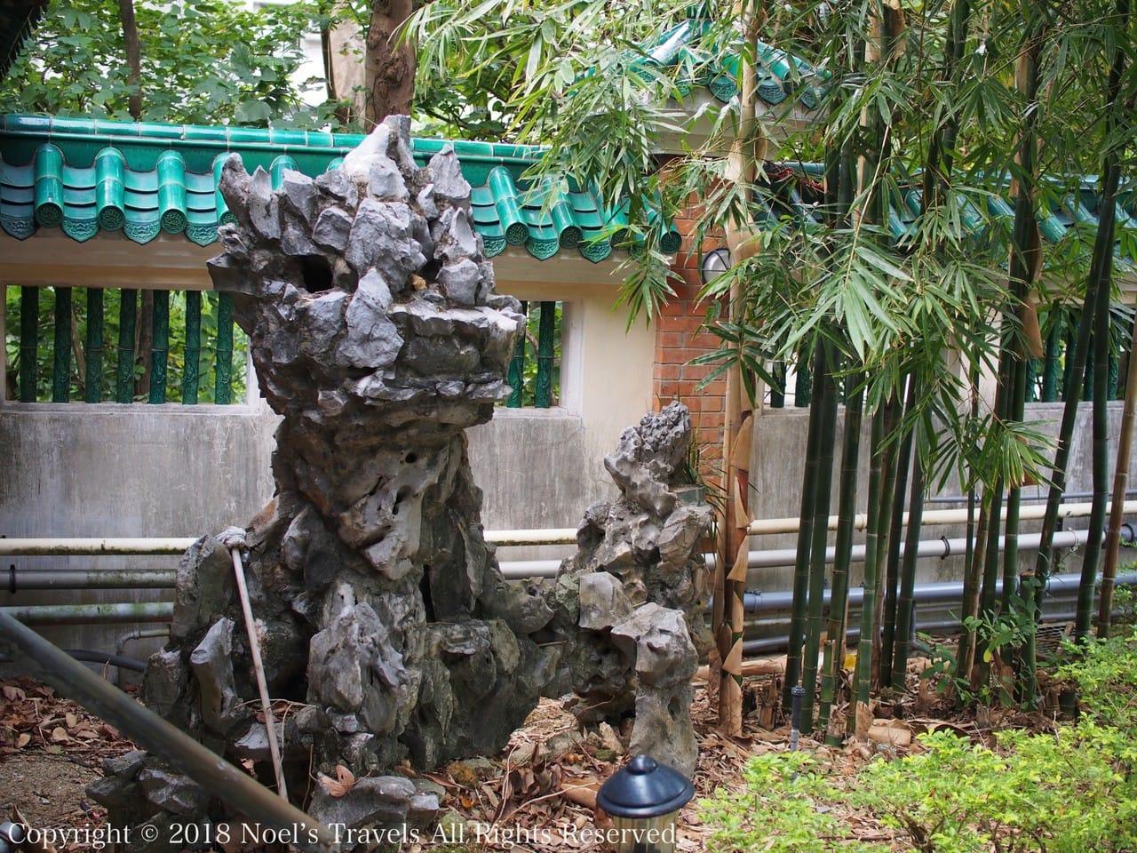 黄大仙の庭園にある龍の岩