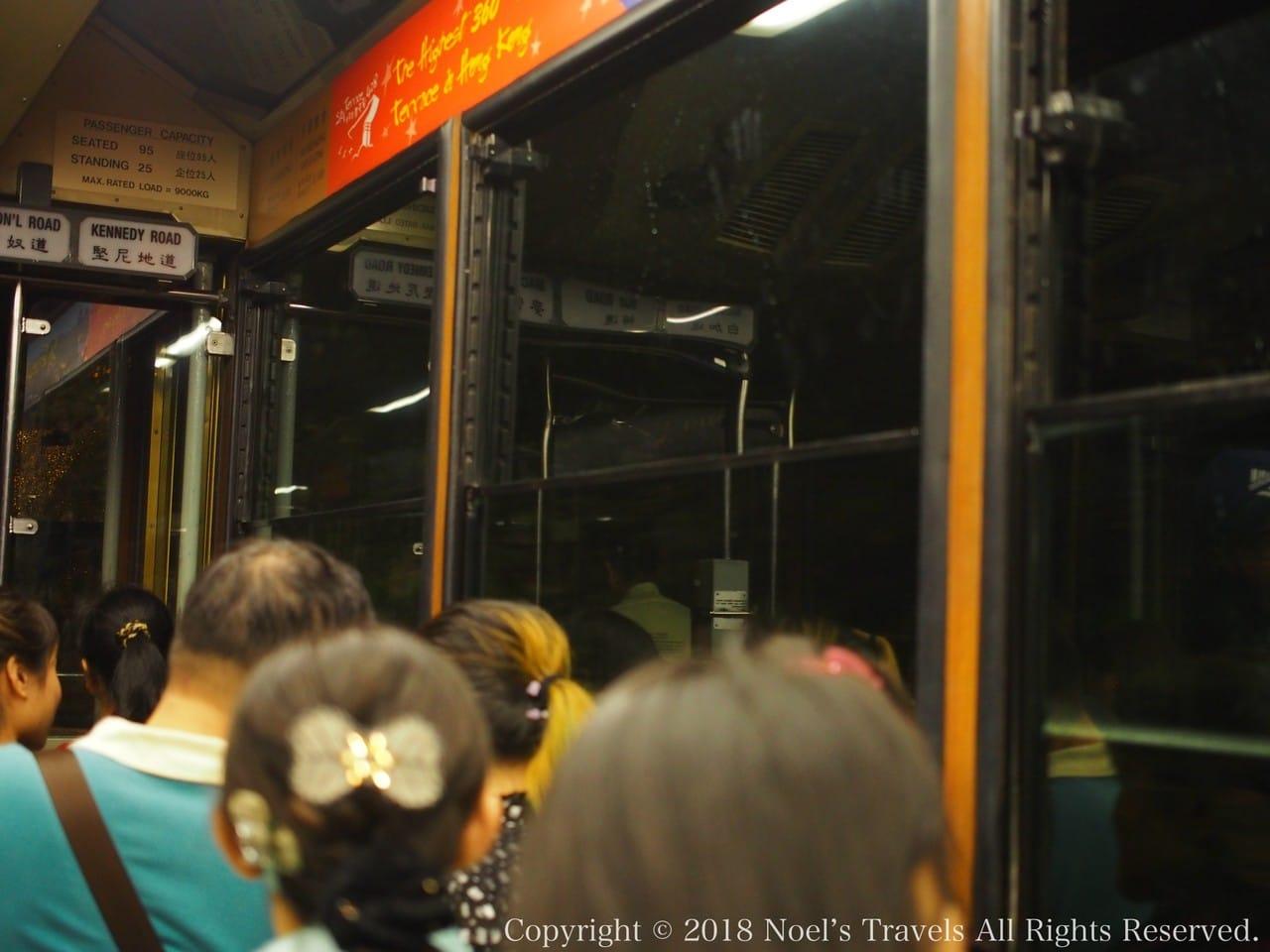 香港のピークトラムの車内