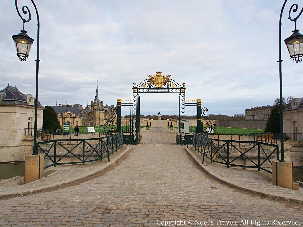 シャンティイ城の正門とチケット売り場