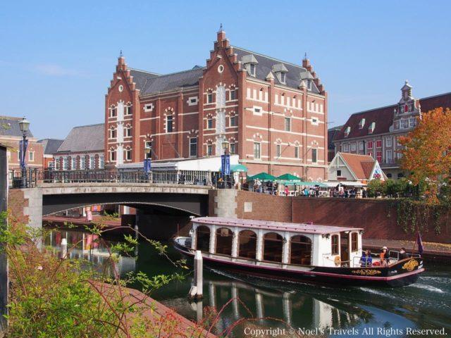 ハウステンボスの運河を走るクルーザー