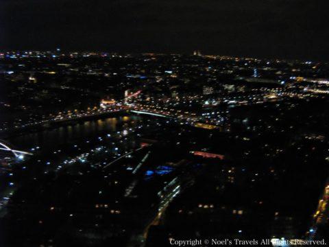 エッフェル塔の展望台から見たパリの夜景2