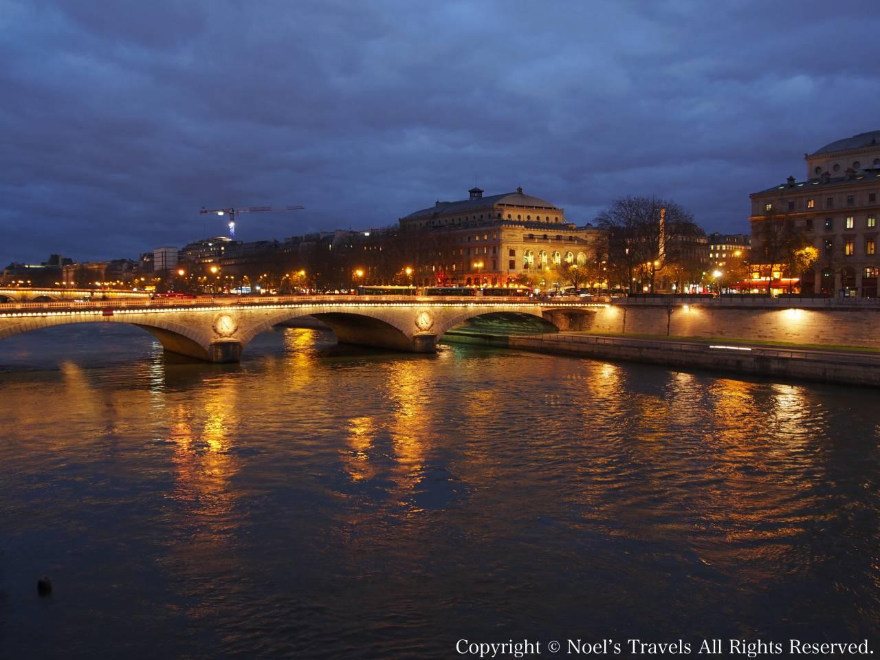 パリのセーヌ川の夜景