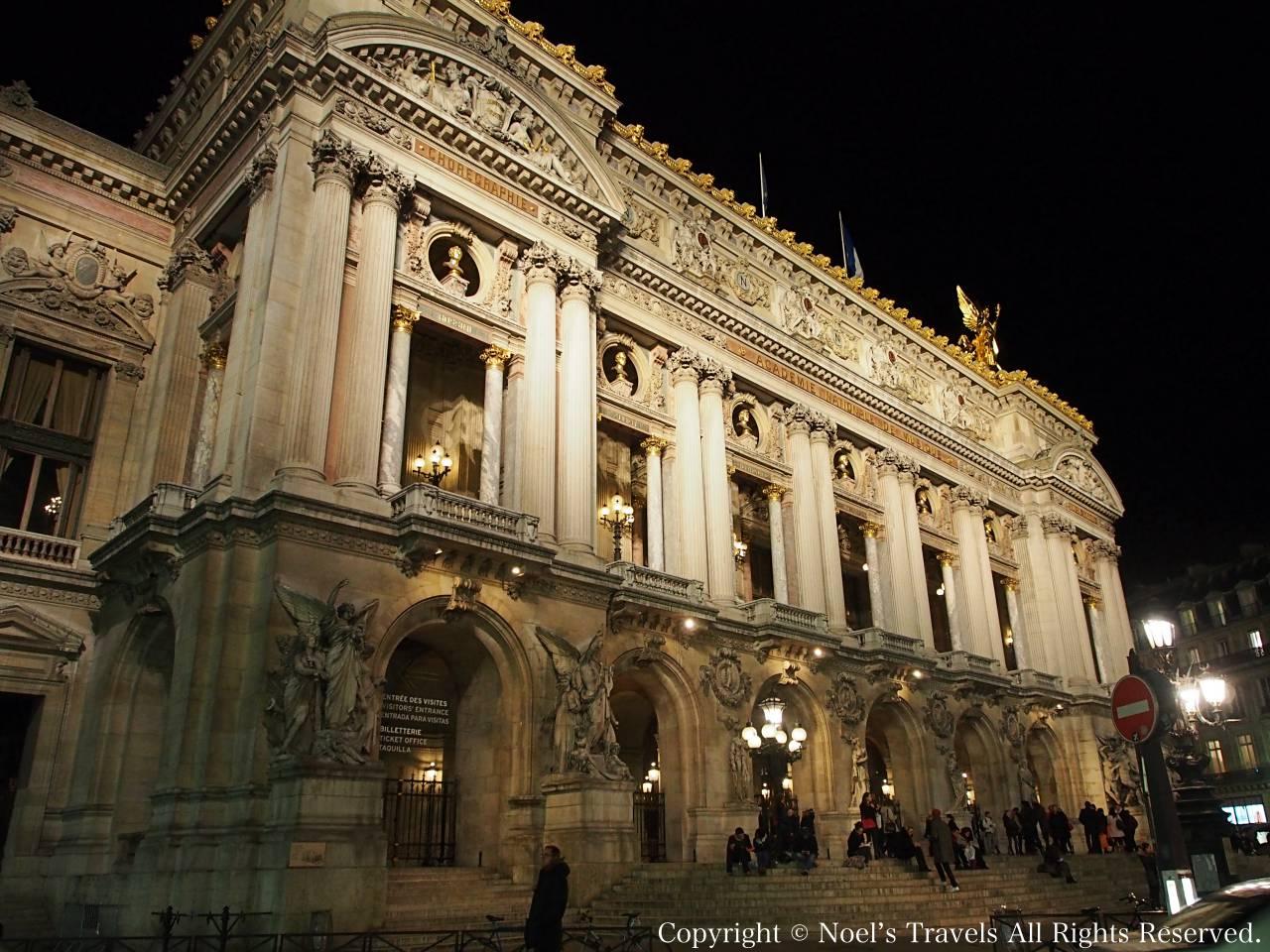 ライトアップされたパリのオペラ座