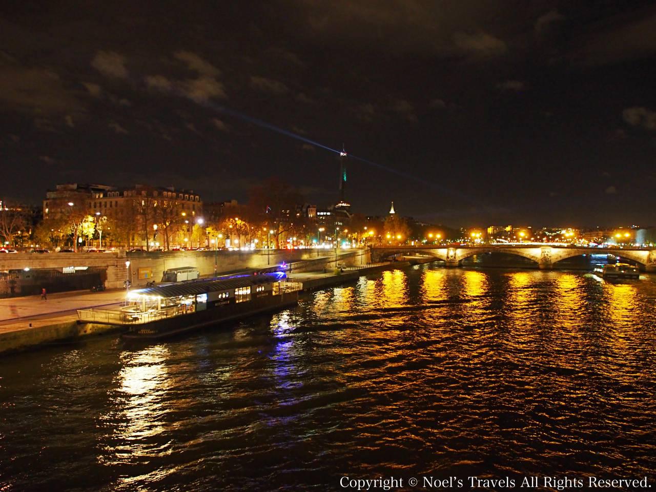 パリのセーヌ川とエッフェル塔の夜景