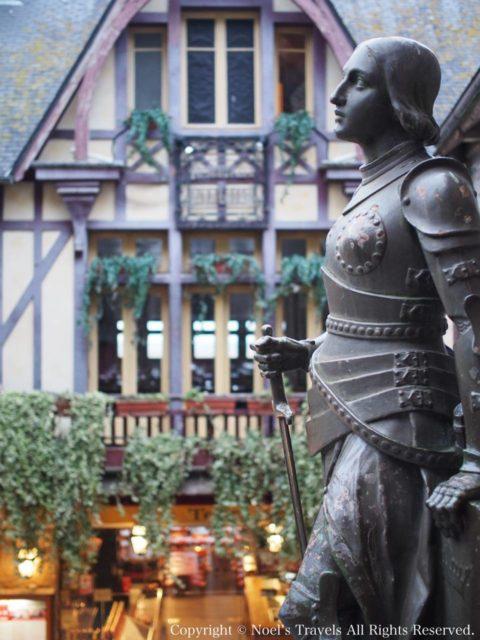 サン・ピエール教会のジャンヌ・ダルク像