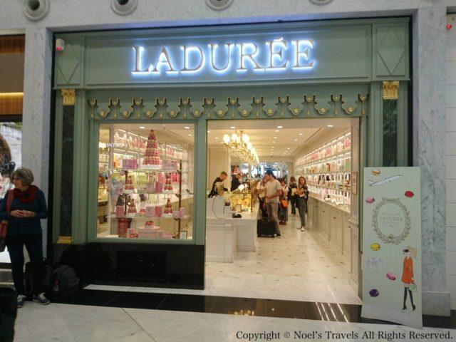 パリの空港にあるマカロンのお店「ラデュレ」