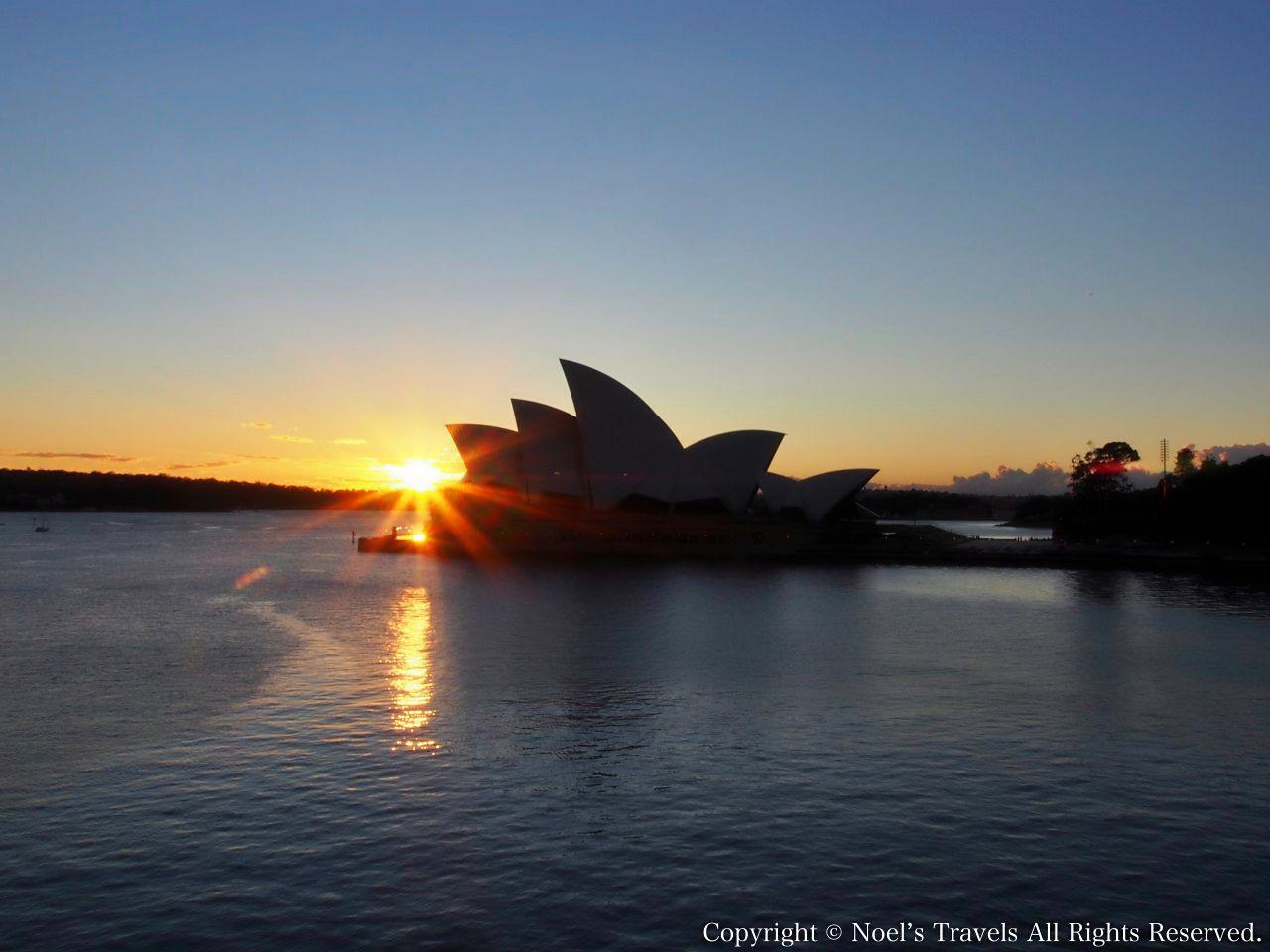 シドニーオペラハウスと朝日